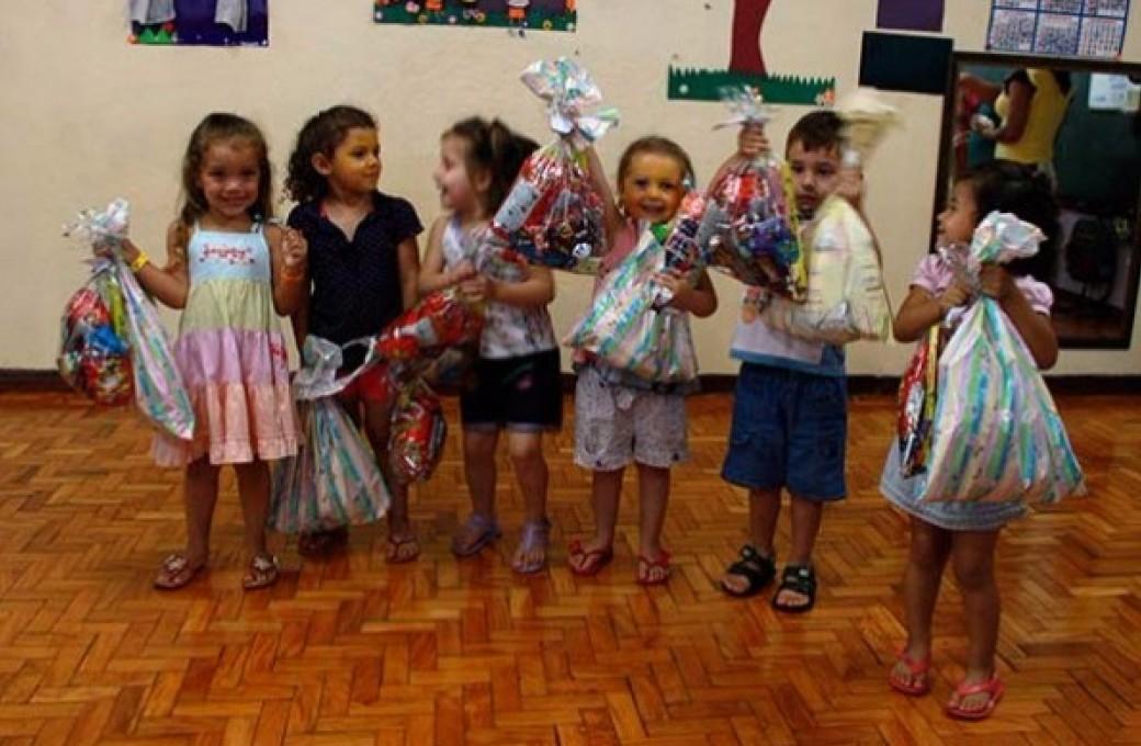 Entrega de doces para crianças do Centro Municipal de Educação Infantil Pequeno Príncipe
