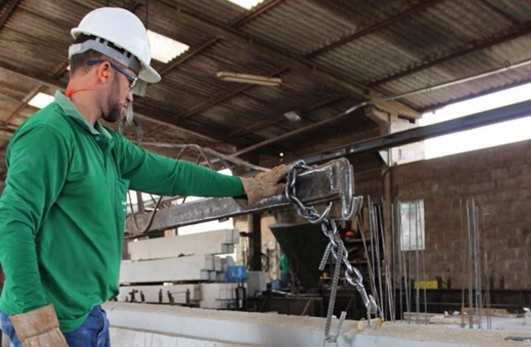 Equipe de Segurança orienta trabalhadores da Lajes Patagônia quanto ao uso correto do protetor auricular