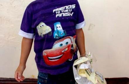 Entrega de doces para crianças do Centro Municipal de Educação Pequeno Príncipe